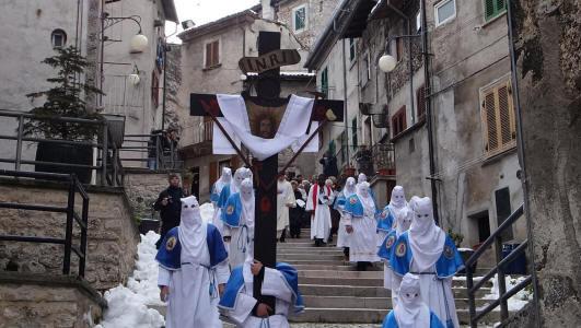 """Venerdì Santo – """"La Processione degli Incappucciati"""" Scanno"""